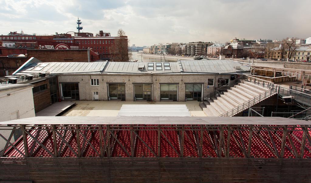 Институтом медиа архитектуры и дизайна стрелка